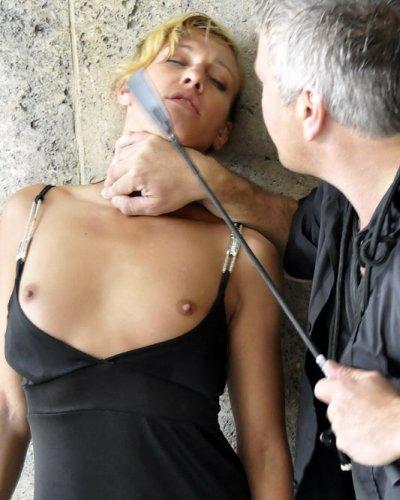 Blondes Fetischsex Luder im Tunnel erniedrigt