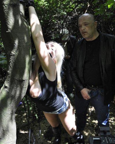 Fetischsex Luder wird im Wald hart durchgefickt