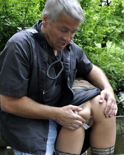 Mitten im Park beim Fetischsex gefilmt